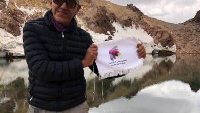 تصویر از صعود یکی از اعضای محترم انجمن به قله سبلان و عکس یادگاری با پرچم انجمن غرفه سازان بر فراز قله سبلان